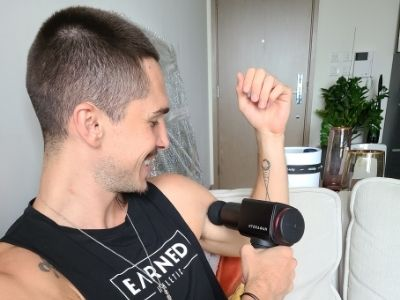 Andrea Cloreac massaging his arms with the Hydragun.